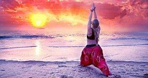 Kundalini erwecken durch Kundalini-Yoga-Übung am Strand