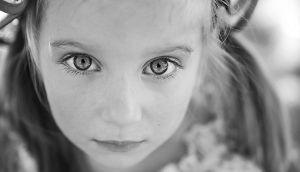 Ernstes Mädchen; in der Kindheit geschieht sexueller Missbrauch